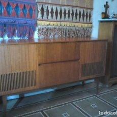 Radios antiguas: MUEBLE RADIO CON TOCADISCOS PHILIPS AÑOS 70. Lote 130584934
