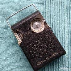 Radios antiguas: PEQUEÑA RADIO GENERAL ELECTRIC. CON FUNDA ORIGINAL. Lote 139238754