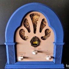 Radios antiguas: RADIO CAPILLA EN MADERA RESTAURADA AÑOS 70. Lote 140381482