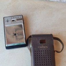 Radios antiguas: PEQUEÑA RADIO MARCA CROWN TR-690. 6 TRANSISTOR CON SU FUNDA ORIGINAR. Lote 140710581