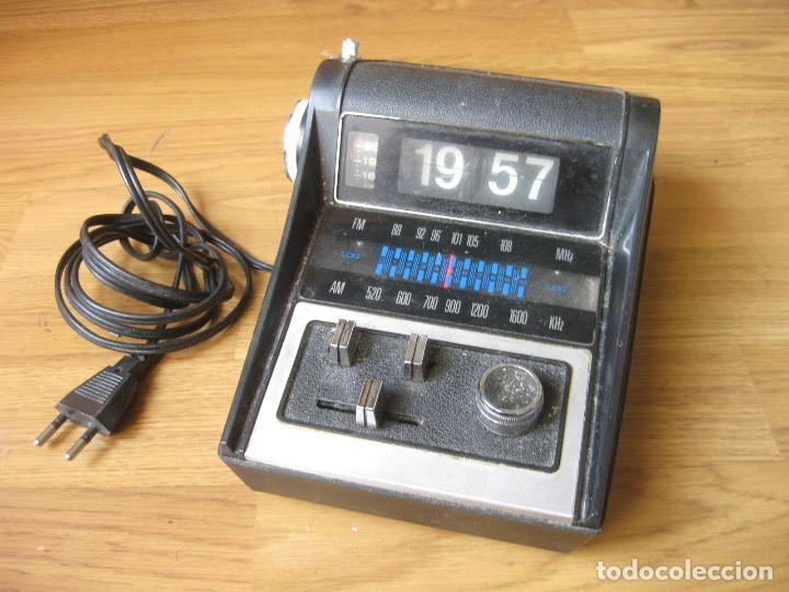 RADIO CON RELOJ DESPERTADOR - FLIP CLOCK - MADE IN HONG KONG - FALTA LIMPIEZA (Radios, Gramófonos, Grabadoras y Otros - Transistores, Pick-ups y Otros)