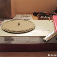 Radios antiguas: TOCADISCOS PORTATIL A PILAS PHILIPS . Lote 148905658