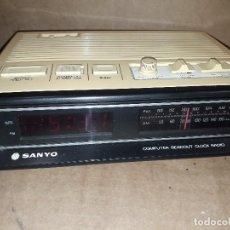 Radios antiguas: RADIO DESPERTADOR SANYO, FUNCIONANDO, VINTAGE. Lote 149484598
