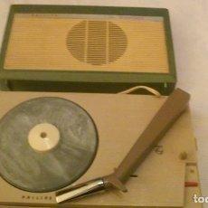 Radios antiguas: ANTIGUO TOCADISCOS PORTÁTIL PHILIPS ALL TRANSISTOR -A PILAS- FUNCIONANDO CON LIMITACIONES. Lote 160626846