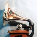 Radios antiguas: PRECIOSA RADIO TIPO GRAMOFONO EN MADERA,TROMPETA DE PLASTICO- CON AM Y FM + ANTENA- MUY DECORATIVA -. Lote 160724222