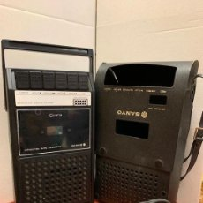 Radios antiguas: APARATO REPRODUCTOR DE CINTAS DE CASSETTE SANYO. CON SU FUNDA ORIGINAL. MIDE APROX 25 X15CMS . . Lote 166299470