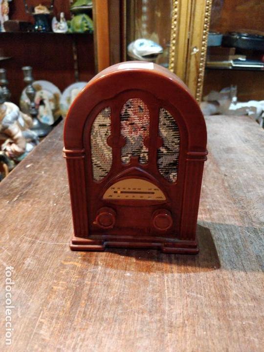 PEQUEÑA RADIO IMITANDO GRAMOLA, CON BANDA AM Y FM, SIN PROBAR - 14X10.5CM (Radios, Gramófonos, Grabadoras y Otros - Transistores, Pick-ups y Otros)