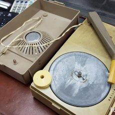 Radios antiguas: TOCADISCOS PORTATIL EN MALETA A PILAS MARCA PHILIPS ALL TRANSISTOR. Lote 168426333