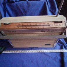 Radios antiguas: RADIO TOCADISCOS PORTÁTIL SHARP, A PILAS Ó RED. Lote 172959837