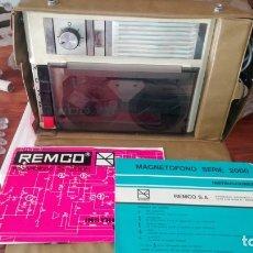 Radios antiguas: ANTIGUO MAGNETOFONO MARCA REMCO MOD S-2005 CON MALETIN MADE IN SPAIN. Lote 173796332