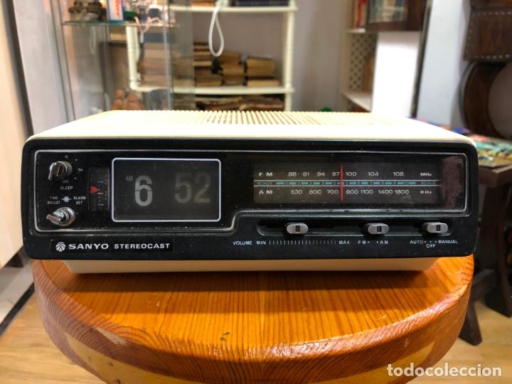 RADIO RELOJ SANYO AÑOS 60 - RADIO FUNCIONANDO PERFECTAMENTE (Radios, Gramófonos, Grabadoras y Otros - Transistores, Pick-ups y Otros)