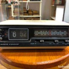 Radios antiguas: RADIO RELOJ SANYO AÑOS 60 - RADIO FUNCIONANDO PERFECTAMENTE. Lote 174034578