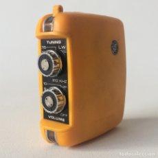 Radios antiguas: RADIO TRANSISTOR EMPEROR - COLOR AMARILLO - SINGAPORE. Lote 174075729