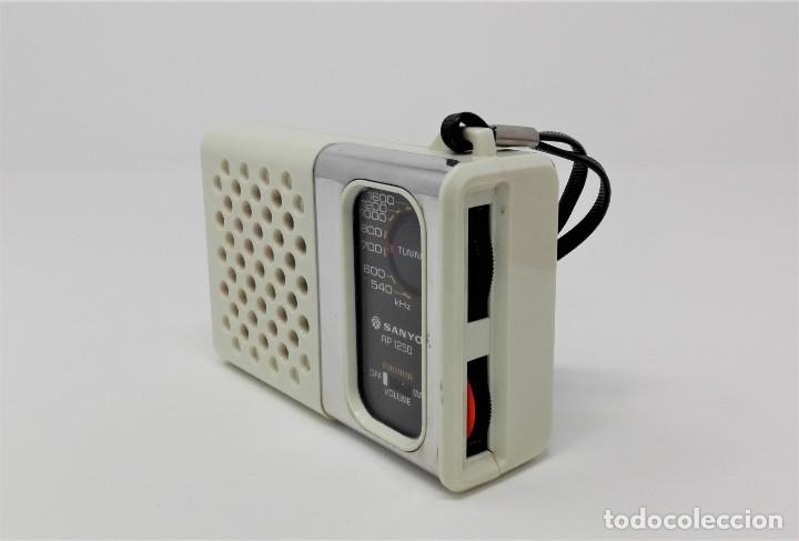 Radios antiguas: Radio Transistor Vintage SANYO RP-1250 - Foto 2 - 176267739