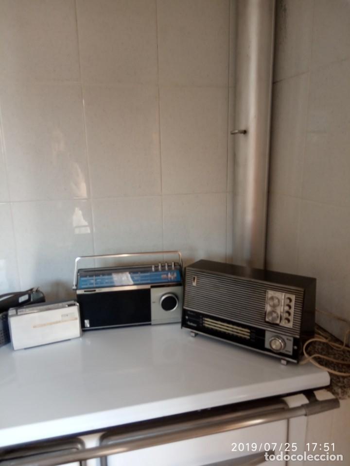 2 APARATOS DE RADIO A PILAS Y UNO CON ENCHUFE A LA RED (Radios, Gramófonos, Grabadoras y Otros - Transistores, Pick-ups y Otros)
