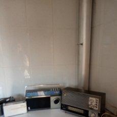 Radios antiguas: 2 APARATOS DE RADIO A PILAS Y UNO CON ENCHUFE A LA RED. Lote 177003103