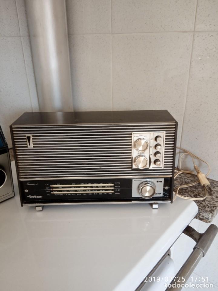 Radios antiguas: 2 aparatos de radio a pilas y uno con enchufe a la red - Foto 2 - 177003103