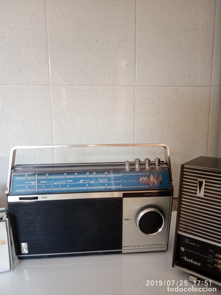 Radios antiguas: 2 aparatos de radio a pilas y uno con enchufe a la red - Foto 3 - 177003103