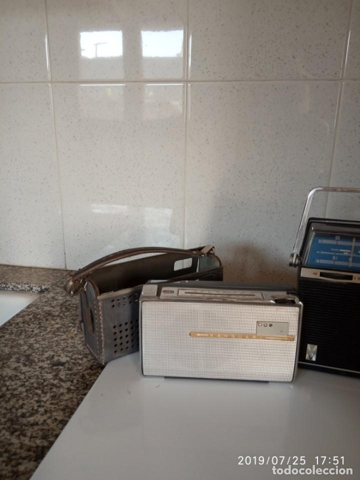 Radios antiguas: 2 aparatos de radio a pilas y uno con enchufe a la red - Foto 4 - 177003103
