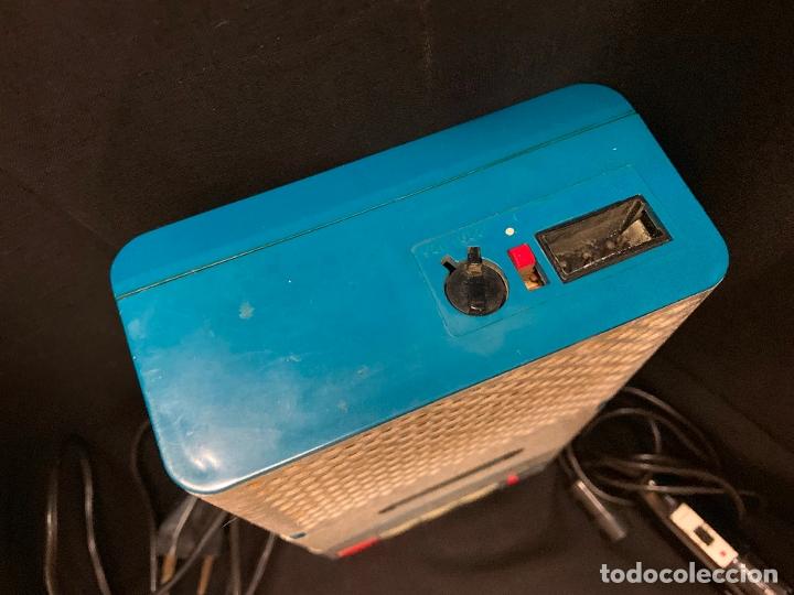 Radios antiguas: Encantador Radio-Cassette grabador, de campo, con microfono. Color y diseño vintage. Funciona - Foto 3 - 177508747