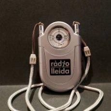 Radios antiguas: RADIO PUBLICITARIA RADIO LLEIDA CON LINTERNA Y CORDÓN DE CUELLO FUNCIONANDO. Lote 177968644
