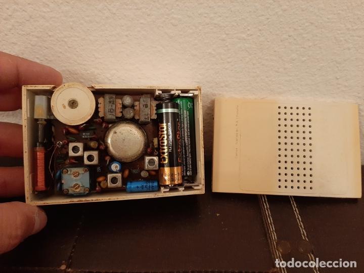 Radios antiguas: ANTIGUA MINI RADIO TRANSISTOR VANGUARD MINI SAMOS FUNCIONANDO AÑOS 60 VINTAGE - Foto 3 - 181896261