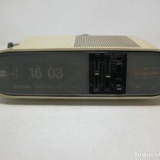 Radios antiguas: RADIO RELOJ DESPERTADOR - TOSHIBA RC-803F-AM FM- TOKYO SHIBAURA - NUMEROS VOLCANTES. FUNCIONANDO. Lote 183820647