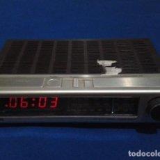 Radios antiguas: RADIO RELOJ DESPERTADOR PHILIPS (MODELO 390 ELECTRONIC CLOCK RADIO ) FUNCIONA - VINTAGE. Lote 204150791