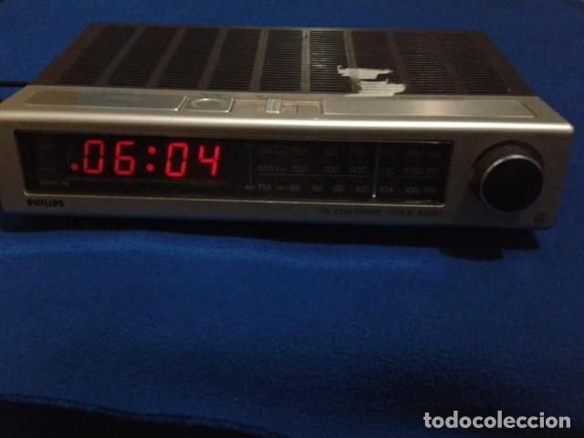 Radios antiguas: RADIO RELOJ DESPERTADOR PHILIPS (MODELO 390 ELECTRONIC CLOCK RADIO ) FUNCIONA - VINTAGE - Foto 2 - 204150791