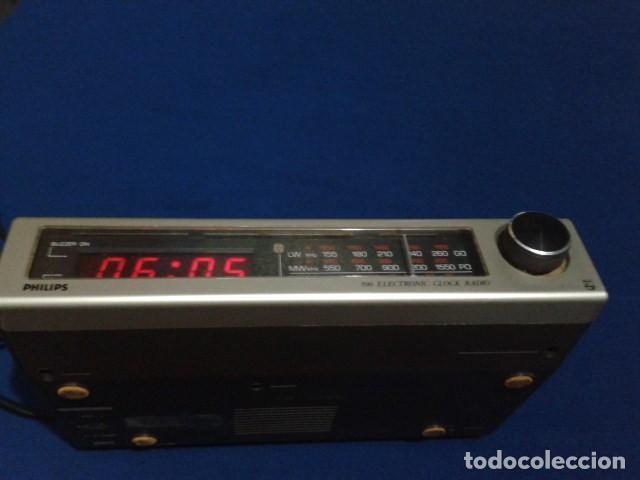 Radios antiguas: RADIO RELOJ DESPERTADOR PHILIPS (MODELO 390 ELECTRONIC CLOCK RADIO ) FUNCIONA - VINTAGE - Foto 3 - 204150791