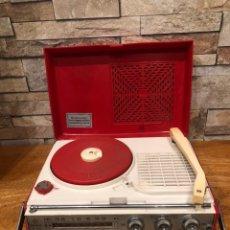 Radios antiguas: RADIO TOCADISCOS A PILAS AÑOS 60 JVC NIVICO. Lote 189702668