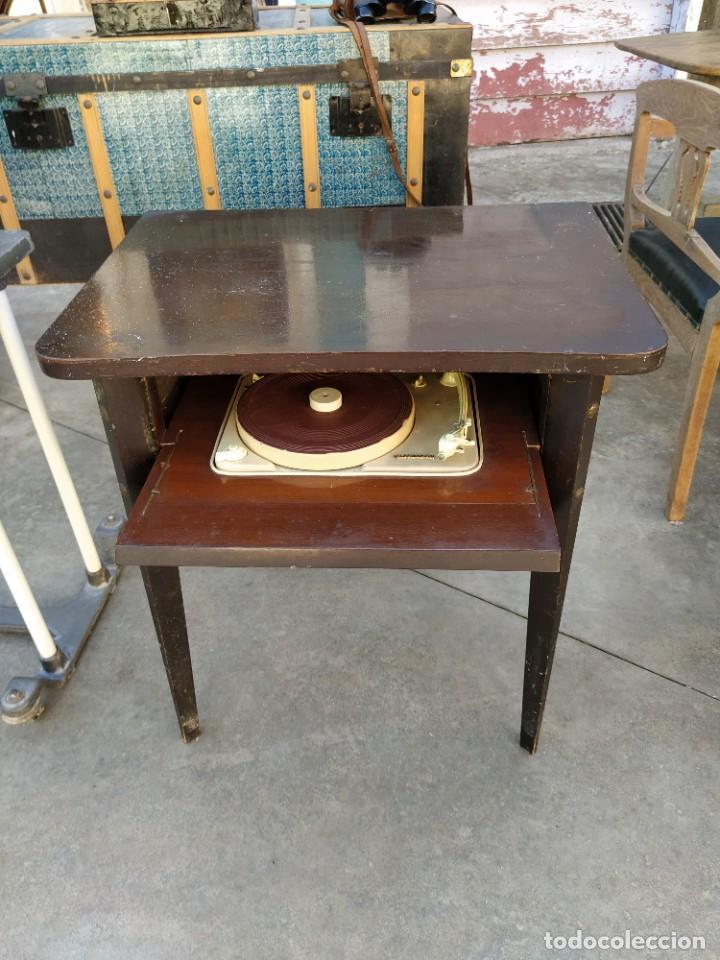 Radios antiguas: Mesa con giradiscos Telefunken modelo Mesa de Lujo TZM. Plegable. Año 1958. - Foto 2 - 192823443
