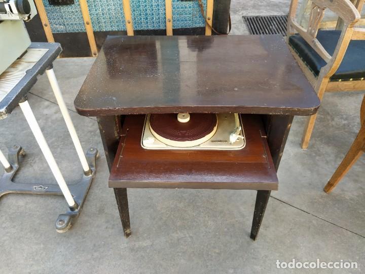 Radios antiguas: Mesa con giradiscos Telefunken modelo Mesa de Lujo TZM. Plegable. Año 1958. - Foto 4 - 192823443