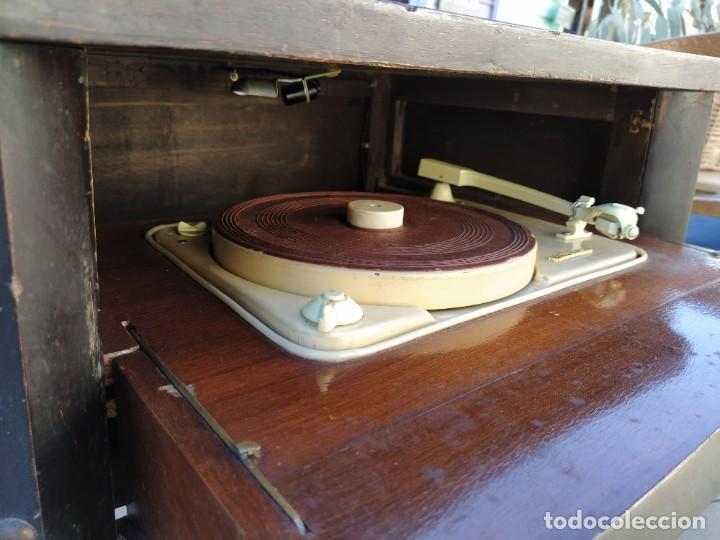 Radios antiguas: Mesa con giradiscos Telefunken modelo Mesa de Lujo TZM. Plegable. Año 1958. - Foto 5 - 192823443