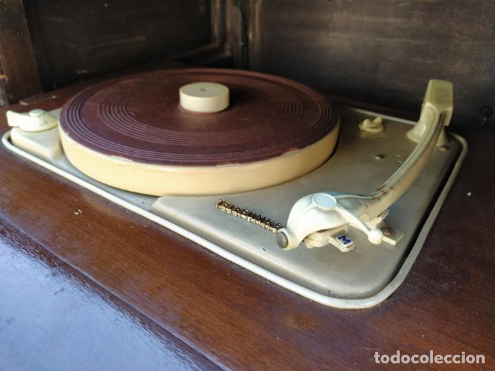 Radios antiguas: Mesa con giradiscos Telefunken modelo Mesa de Lujo TZM. Plegable. Año 1958. - Foto 6 - 192823443