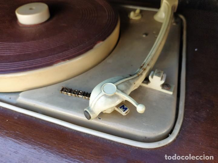 Radios antiguas: Mesa con giradiscos Telefunken modelo Mesa de Lujo TZM. Plegable. Año 1958. - Foto 7 - 192823443