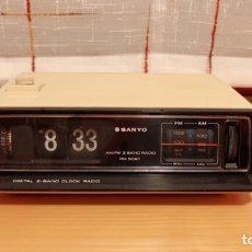 Radios antiguas: RADIO RELOJ DESPERTADOR SANYO RM 5021, VER VÍDEO, FUNCIONA. Lote 193234861