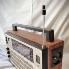 Radios antiguas: RADIO SELENA VEGA 215 - MADE IN RUSIA 1985 - 8 BANDAS CUERPO MADERA - FUNCIONANDO LEER DESCRIPCIÓN. Lote 194705316