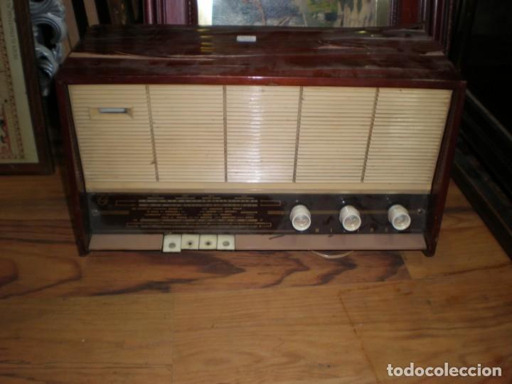 RADIO PHILIPS VINTAGE MODELO TIPO B 4 E 25A - ENCIENDE PERO NO SUENA , MADERA CHAPADO PARA ARREGLAR. (Radios, Gramófonos, Grabadoras y Otros - Transistores, Pick-ups y Otros)