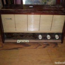 Radios antiguas: RADIO PHILIPS VINTAGE MODELO TIPO B 4 E 25A - ENCIENDE PERO NO SUENA , MADERA CHAPADO PARA ARREGLAR.. Lote 195545960
