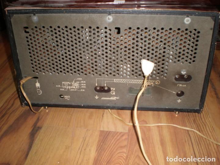 Radios antiguas: Radio Philips vintage modelo tipo B 4 E 25A - enciende pero no suena , madera chapado para arreglar. - Foto 3 - 195545960