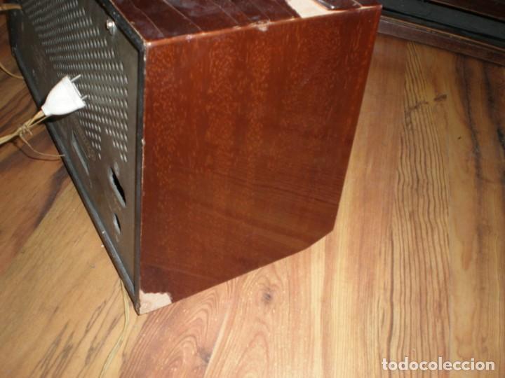 Radios antiguas: Radio Philips vintage modelo tipo B 4 E 25A - enciende pero no suena , madera chapado para arreglar. - Foto 4 - 195545960