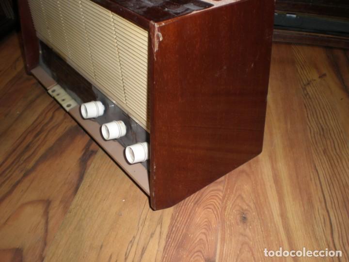 Radios antiguas: Radio Philips vintage modelo tipo B 4 E 25A - enciende pero no suena , madera chapado para arreglar. - Foto 5 - 195545960