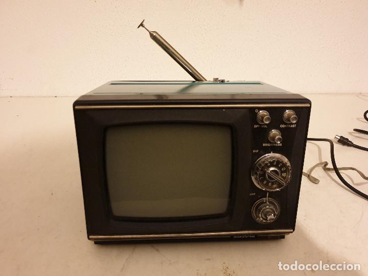 Radios antiguas: PEQUEÑO TELEVISOR PORTATIL BLANCO Y NEGRO - Foto 2 - 198582070