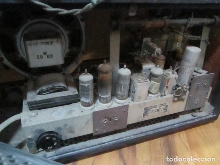 Radios antiguas: Radio Philips vintage modelo tipo B 4 E 25A - enciende pero no suena , madera chapado para arreglar. - Foto 6 - 195545960