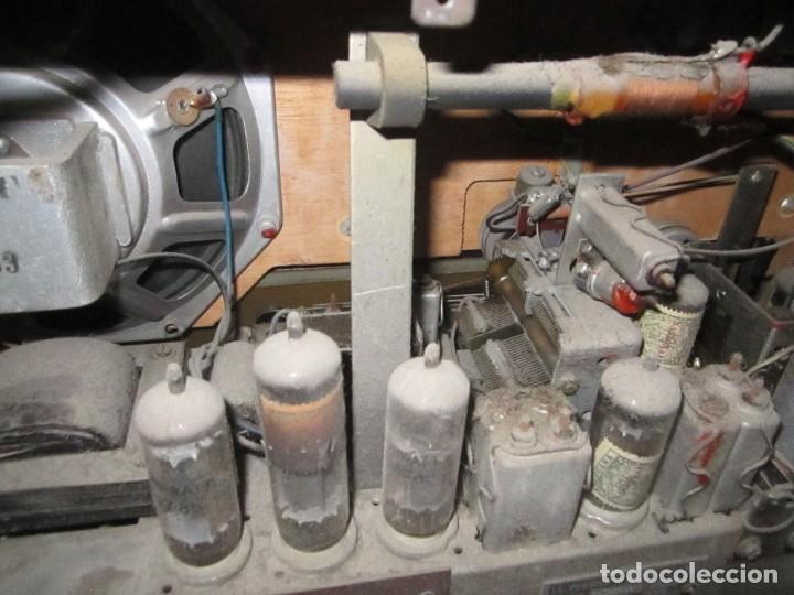 Radios antiguas: Radio Philips vintage modelo tipo B 4 E 25A - enciende pero no suena , madera chapado para arreglar. - Foto 7 - 195545960