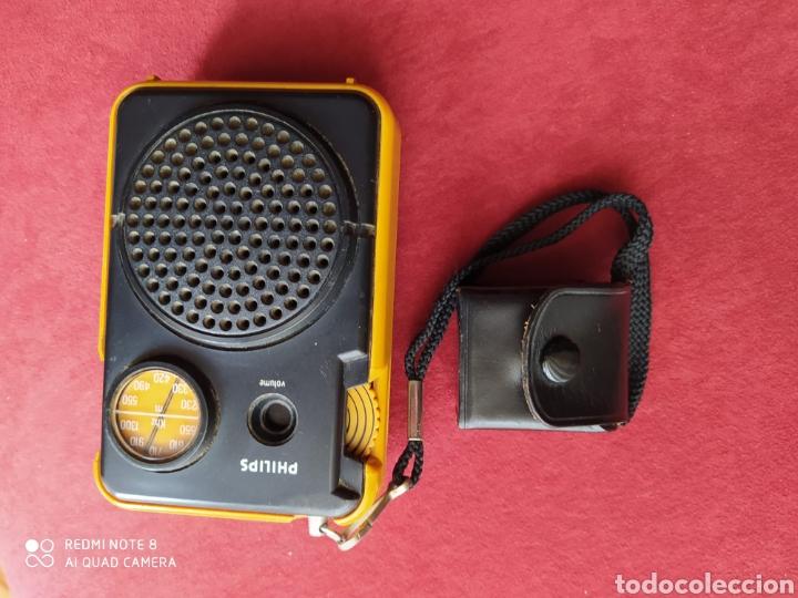 Radios antiguas: TRANSISTOR PHILIPS DOS BANDAS FUNCIONANDO AURICULARES ORIGINALES CON FUNDA DE CUERO , VER FOTOS 50 C - Foto 2 - 211266929