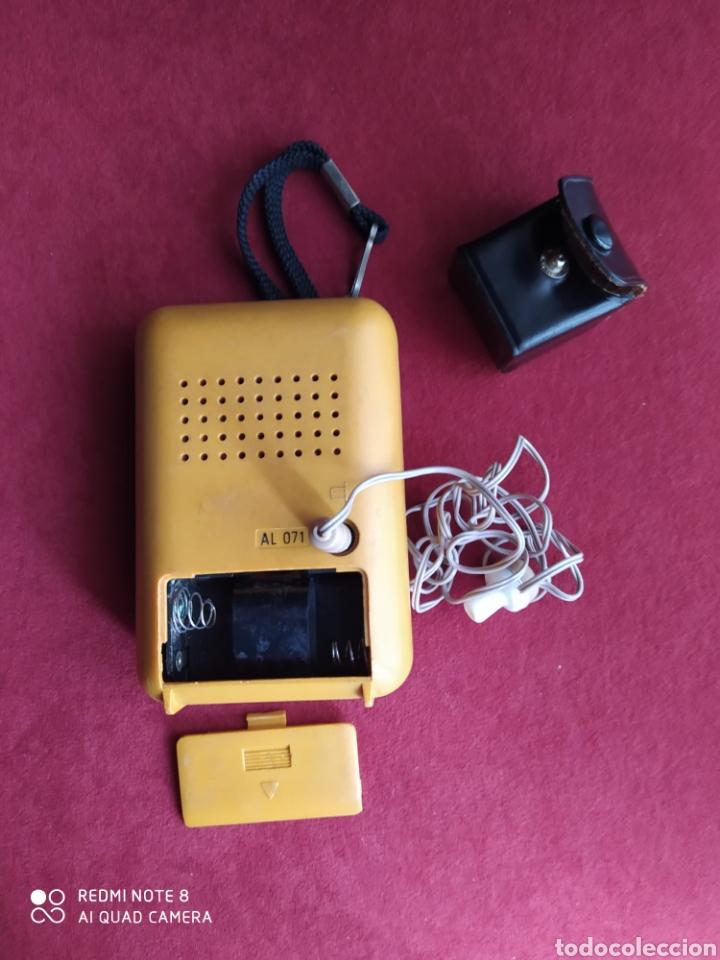Radios antiguas: TRANSISTOR PHILIPS DOS BANDAS FUNCIONANDO AURICULARES ORIGINALES CON FUNDA DE CUERO , VER FOTOS 50 C - Foto 3 - 211266929