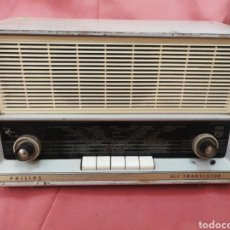 Radios Anciennes: RADIO PHILLIPS DE BAQUELITA. FUNCIONANDO BIEN. CON AREGLOS EN INTERIOR. SE DECAPA Y APARECE BAQUELIT. Lote 212354596