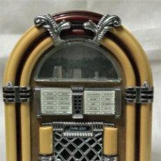 Radios antiguas: RADIO RETRO CON FORMA DE MAQUINA DE DISCOS. Lote 218837157